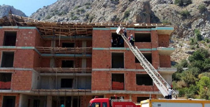 İnşaatın çatısı çöktü, 3 işçi altında kaldı