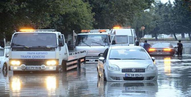 İstanbul'da sağanak yağış sonrası yol çöktü