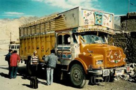 Hindistan'da kamyon, nehre yuvarlandı: 40 ölü