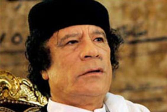 Kaddafi çevirmene havlu attırdı