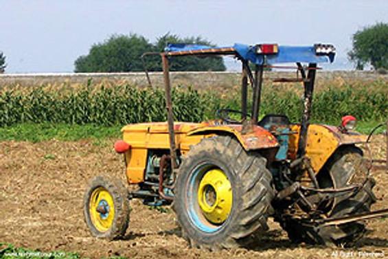 Tarım işçilerini taşıyan traktör dereye yuvarlandı