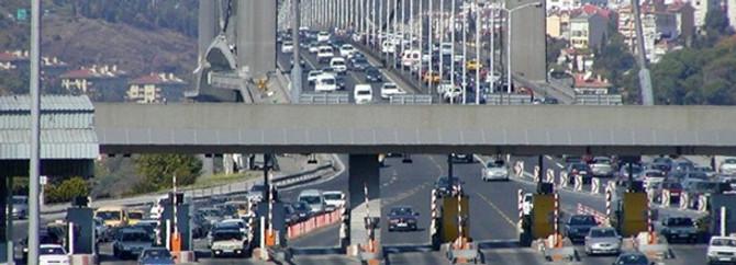 Köprüde 3 araç birbirine girdi