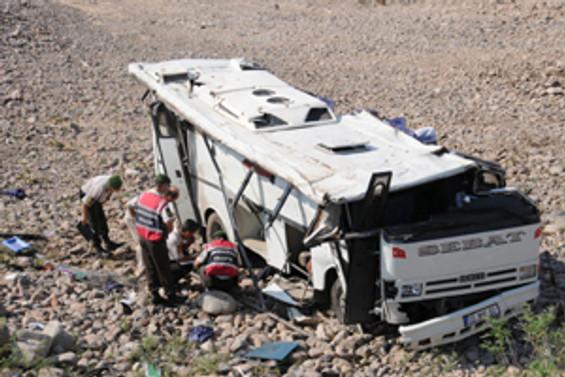 Üniversitelileri taşıyan midibüs devrildi