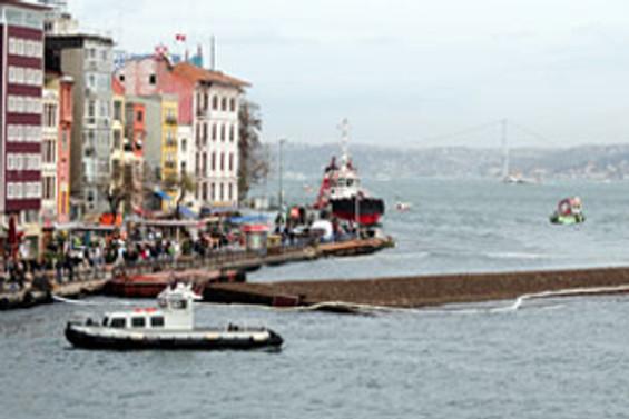 Şiddetli lodos Karaköy İskelesini batırdı