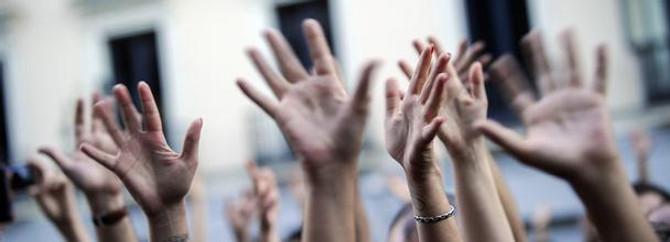Göstericiler NTV önünde protesto düzenliyor
