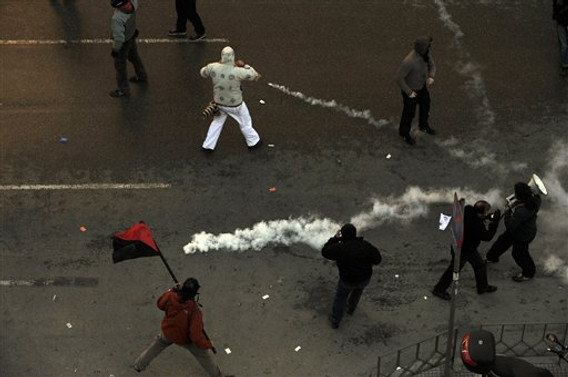 İktidar karşıtları polise saldırdı
