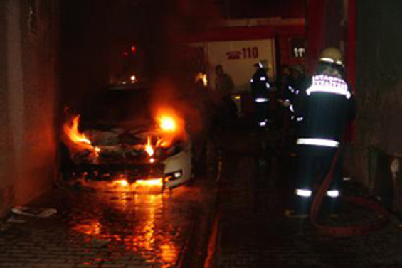 Tunceli'de ekmek taşıyan araç yakıldı