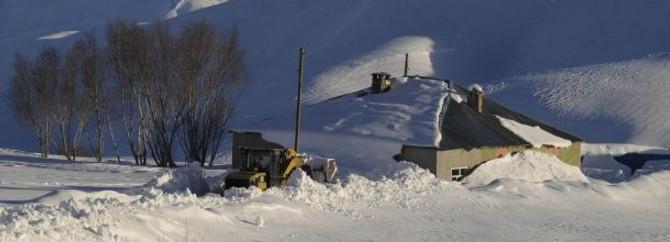 Bir ev boyu kadar kar var