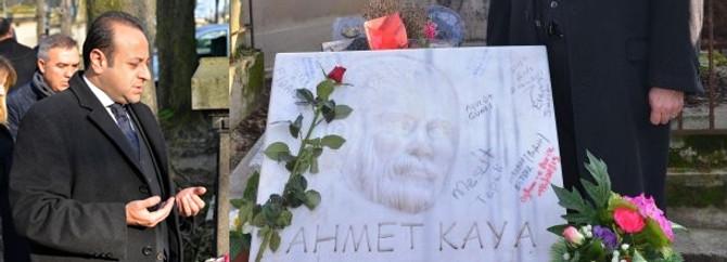 Bağış Ahmet Kaya'nın mezarında