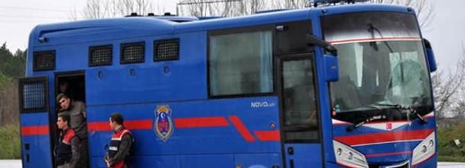 Cezaevi aracı bozuldu, 11 tutuklu subay 'el' attı
