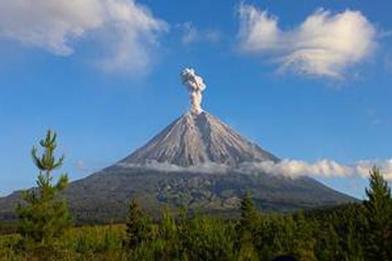 Tangkuban Perahu dağından dumanlar yükseliyor