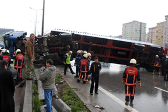Bostancı'da devrilen TIR trafiği aksattı