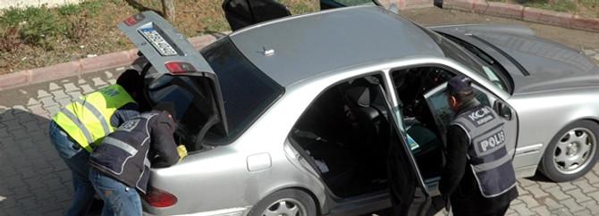 Alman plakalı otomobilde zırh delici silah bulundu