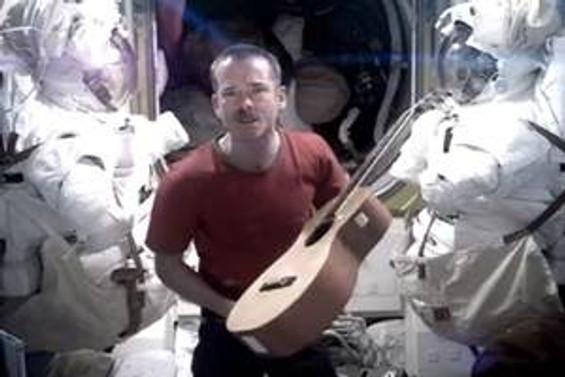 Astronot uzayda klip çekti