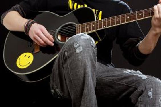 Gitarı olan erkek, kadınları çekiyor