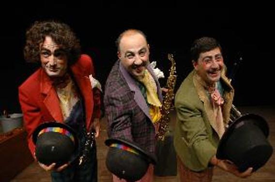 """Devlet Tiyatroları """"Otobüs durağında üç bencil"""" ile Brezilya'da"""