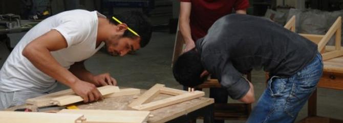 Onlar mobilya yapımını öğreniyor, üniversite kazanıyor