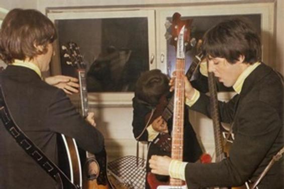 Beatles'ın gitarı, 408 bin dolara satıldı