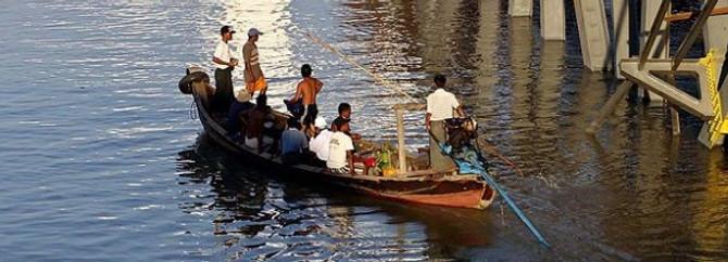 Myanmar'da otobüs nehre düştü