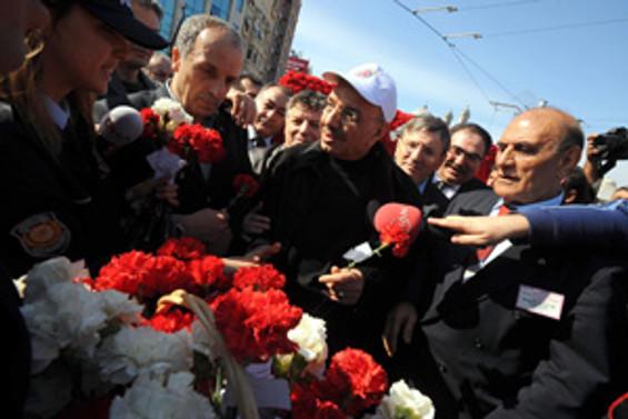 Yaklaşık 5 bin işçi 31 yıl aradan sonra 1 Mayıs'ı Taksim'de kutladı