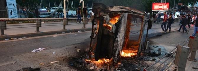 Polis aracı yakıldı
