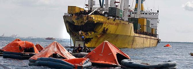 Feribot ile kargo gemisi çarpıştı
