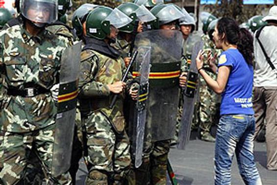 Urumçi'de 10 binlerce kişilik protesto