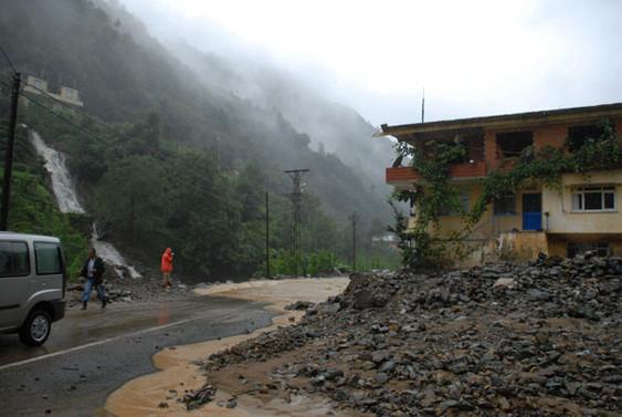 Rize'de etkili yağış