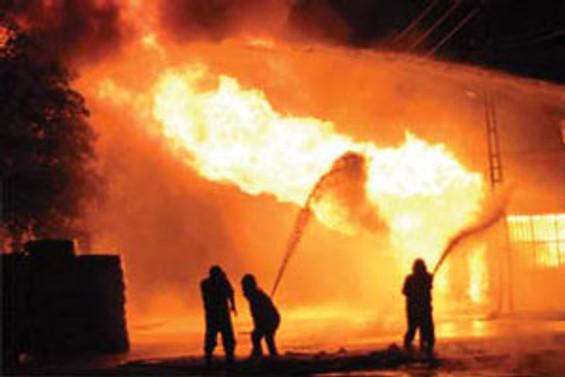 Beyoğlu'nda avize imalathanesi yandı