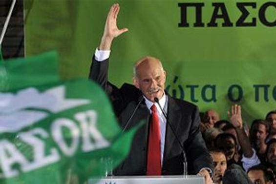 Papandreu'ya da ayakkabı fırlattılar