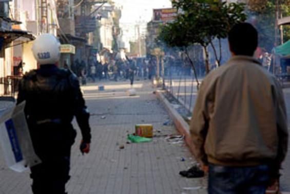 Hakkari'de izinsiz yürüyüşe polis müdahalesi