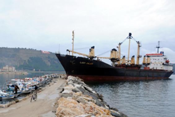Kuru yük gemisi kayalıklara çarptı