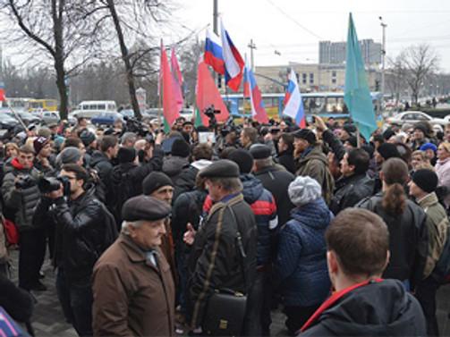 Ukrayna'da Rus bayraklı eylemler sürüyor