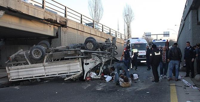 Başkentte kamyonet köprüden uçtu!