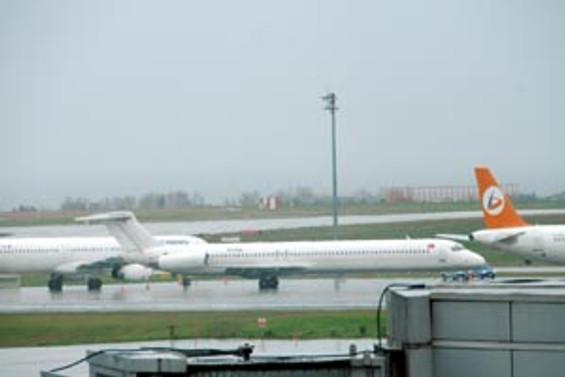 Amsterdam'da uçak pistten çıktı