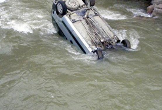 Mısır'da minibüs nehire uçtu