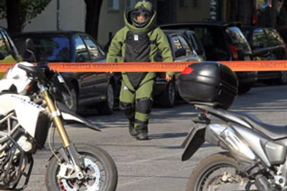 Atina'da art arda bombalar patlıyor