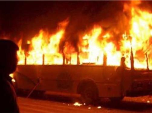Yanıcı yüklü kamyonet, otobüsle çarpıştı: 38 ölü!