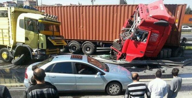TEM'de TIR kazası, trafik kilitlendi