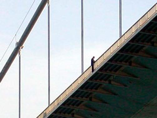 Köprüdeki intihar girişimi trafiği felç etti