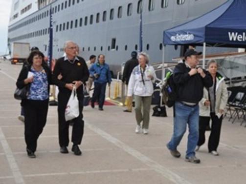 Kuşadası'na altı gemi ile 12 bin turist geldi