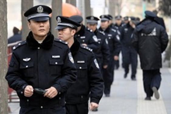 Çin'de sokaklarda silahlı polis dönemi başladı