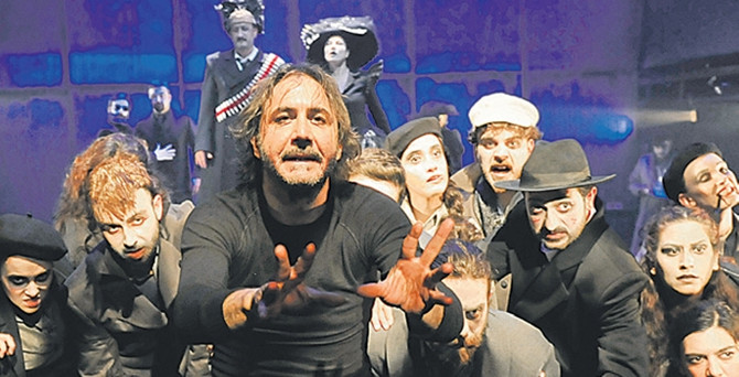 Tiyatro Festivali'nin yerli yapımları seyircinin kalbini çalmayı başardı