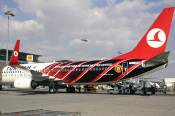 THY, uçağını Manchester'ın renklerine boyattı