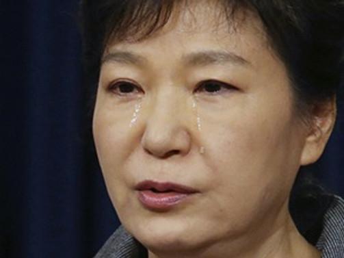 Güney Kore lideri gözyaşları içinde özür diledi