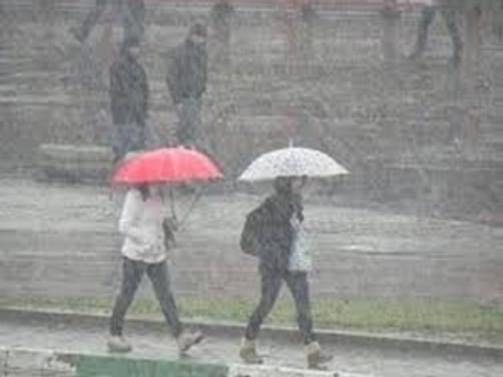 Şiddetli yağış İstanbul trafiğini felç etti