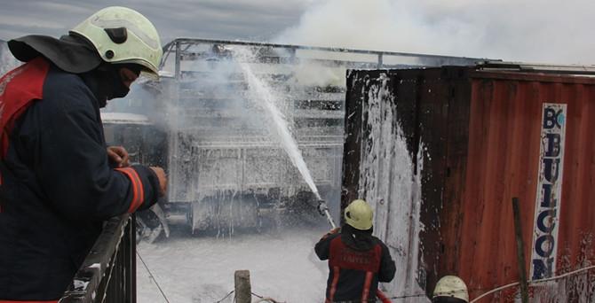 Kimyasal madde yüklü TIR garajında yangın!
