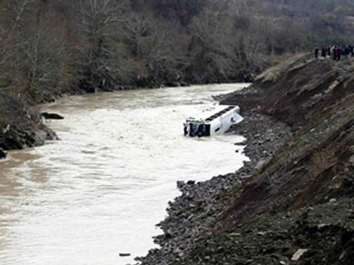 Nepal'de yolcu otobüsü nehire düştü: 10 ölü