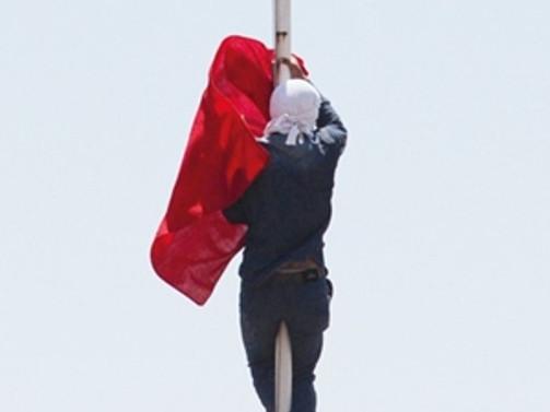 Bayrağı indirenin kimliği belirlendi