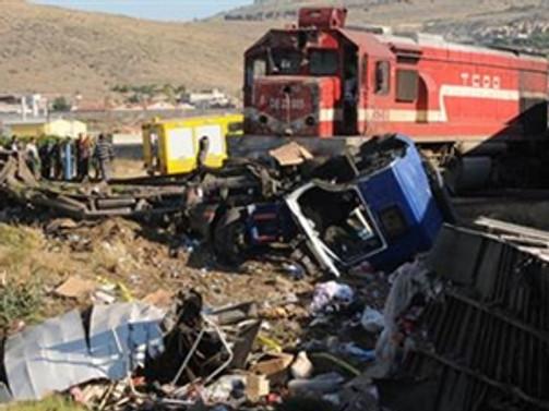 Yolcu treni minibüsle çarpıştı: 1 kişi ağır yaralı!